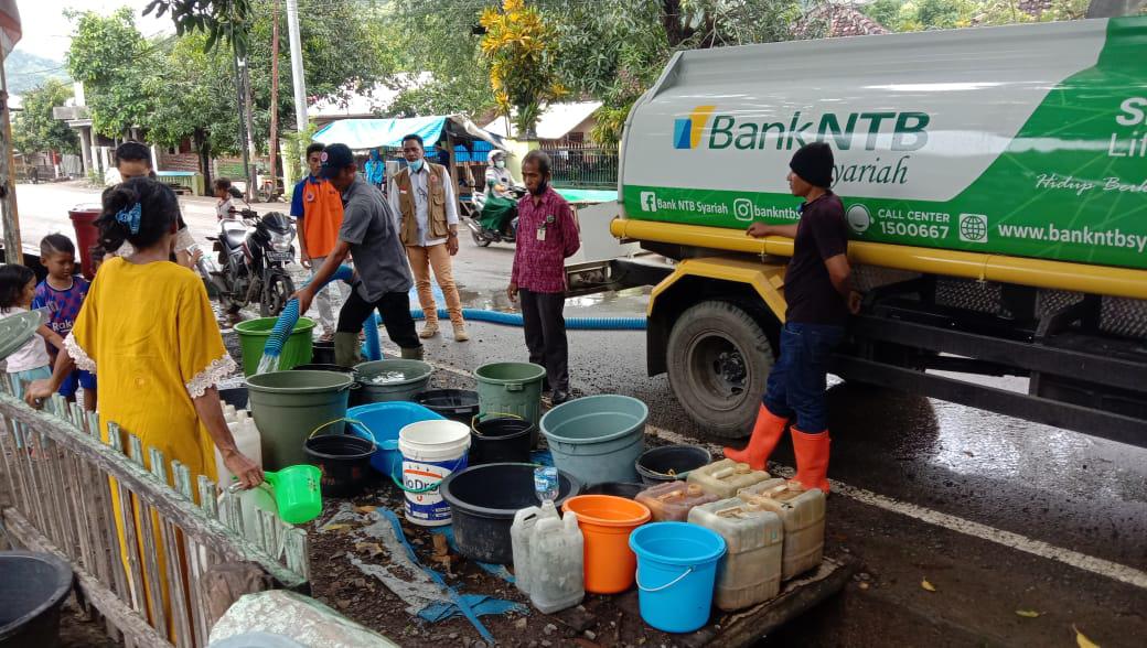 Bank-NTB-Syariah-Salurkan-Air-Bersih-di-Empat-Kelurahan.html