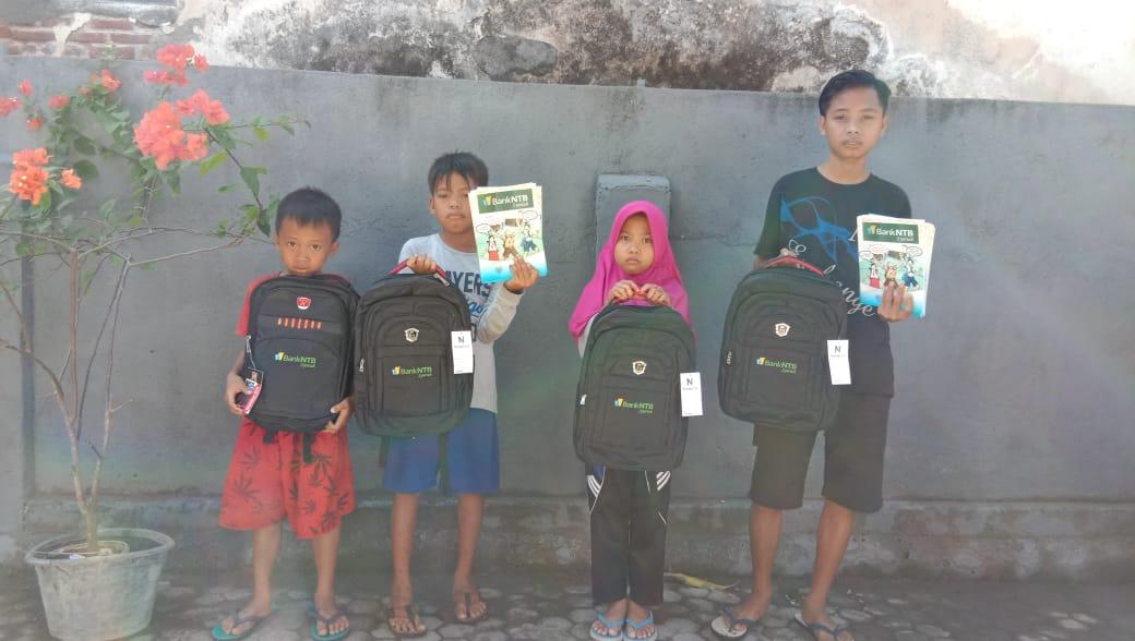 Bantuan-pendidikan-anak-yatim-piatu-dan-kurang-mampu-di-Dusun-Montong-Tebolak.html