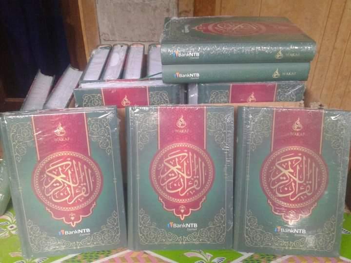 Keceriaan-Para-Santri-Menerima-Wakaf-Al-Qur-an-