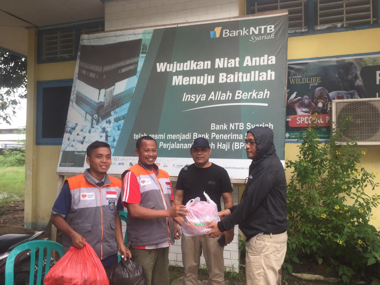 PT-Bank-NTB-Syariah-Cabang-Bima-Distribusi-Air-Bersih-dan-Makanan-Siap-Saji-Bagi-Korban-Banjir.html